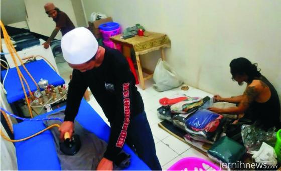 Para mantan anak punk jalanan tekun melakoni pekerjaan laundry salah satu usaha bisnis di Pondok Tassauf Underground Ustadz Halim Ambiya. MERDEKA.COM