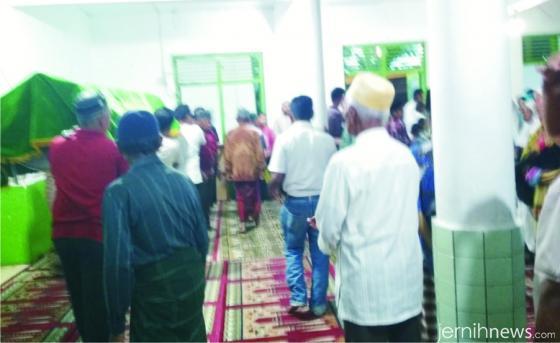 Suasana usai shalat jenazah Kartinis (Init) di Masjid Ittifaq, Tj, Barulak, Kubang. ERZ