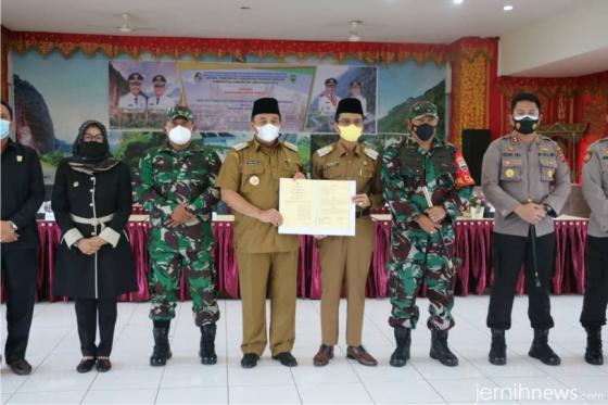 Bupati Limapuluh Kota Safaruddin Dt. Bandaro Rajo dan Bupati Pasaman Benny Utama menunjukkan kesepakatan kedua  kepala daerah. DOK. PEMKAB 50 KOTA