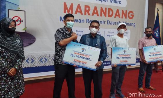 Penyerahan dana KUR Anti Rentenir 'MaRANDANG' Bank Nagari  secara simbolis. IST