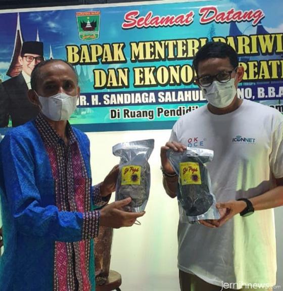 Menteri Sandiaga Uno dan Kepala SMA INS Kayu Tanam, Drs. Hendrizal. IST