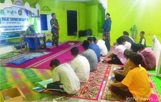 Rais Syuriah PC NU Kabupaten Limapuluh Kota, KH. Sudirman Syair memberikan materi diklat. IST