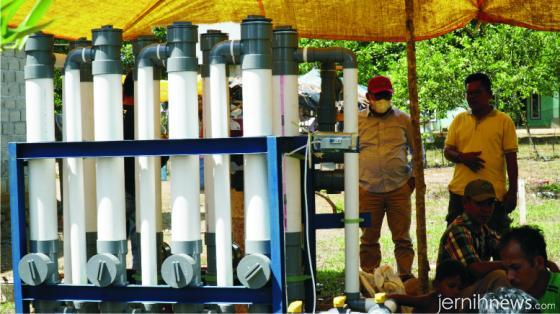 Rektor ITP Dr. Ir. Hendri Nofrianto, MT menyaksikan sendiri proses pemasangan alat Water Treatment Proses buatan ITP di Nagari Inderapura, Pancung Soal, Pessel. HUMAS ITP