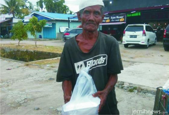 Warga yang menerima sedekah makanan program Jumat Berkah bersama pelanggan dan relasi Pempek Ampera Tunggul Hitam. PATH