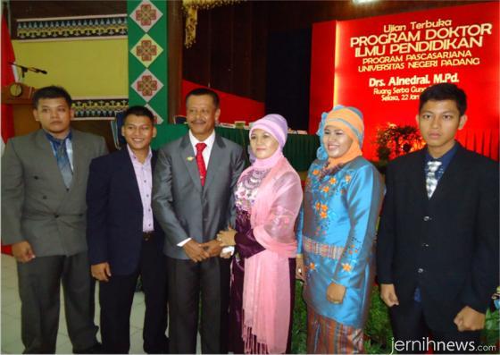 Prof. Dr. Alnedral, M.Pd bersama istri dan empat anaknya, beberapa waktu lalu. IST