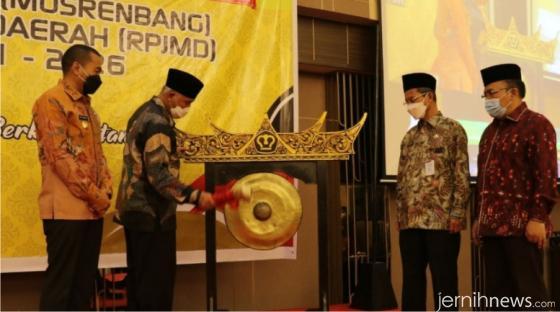Gubernur Sumbar Mahyeldi memukul gong tanda dibukanya secara resmi Musrenbang RPJMD Sumbar 2021-2026. IST