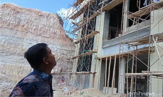 Kepala Dinas Perpustakaan dan Arsip Kabupaten Limapuluh Kota, Radimas, M.Pd meninjau proyek Kamis (09/09/2021). ERZ