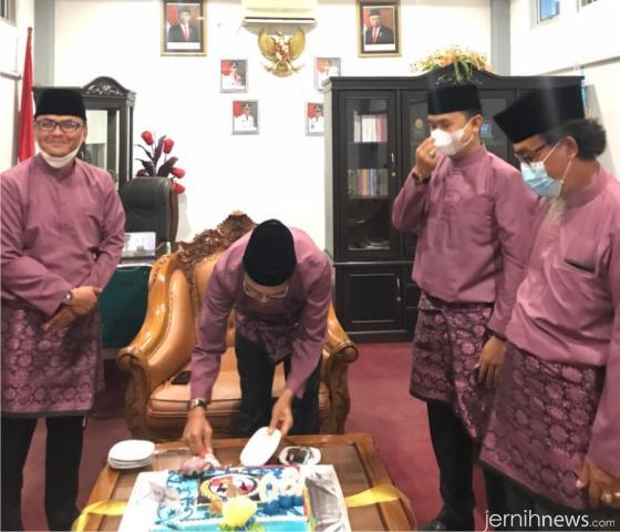 Pemotongan kue Hari Jadi Kabupten Limapuluh Kota ke-180 oleh Bupati Safaruddin Dt. Bandaro Rajo di ruangan Ketua DPRD Deni Asra, S.Si. IST