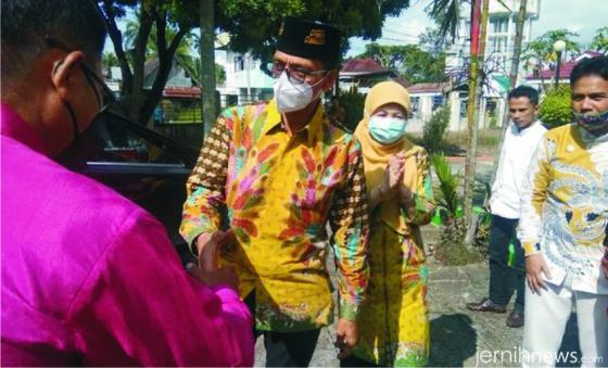 Bupati Safaruddin dan istrinya Nevi Zulvia tiba dan disambut di rumah dinas bupati di Labuah Basilang, Kota Payakumbuh, Jumat (26/03/2021). FB ANTO