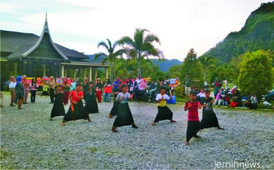 Latihan persiapan Tari Pasambahan Sanggar Puti Sari Banilai yang berasal dari Jorong Lubuak Limpato, Nagari Tarantang, asuhan Yusrizal, A.Md.T Ketua Banmus Nagari Tarantang terpilih yang juga ketua panitia pelantikan.
